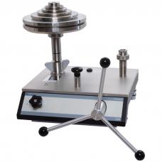 Гидравлический грузопоршневой манометр CPB5800 (погрешность измерения до 0,006 % от измеренного значения).